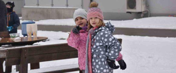 Schneeballschlacht und Schneemann bauen